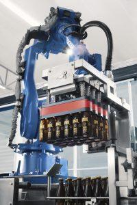 """Mit der Neuentwicklung """"Air Grip World"""" zeigt Yaskawa zur Brau Beviale eine Komplettlösung für das roboterbasierte Handling von Flaschen. (Bild: Martin Palm/Yaskawa)"""