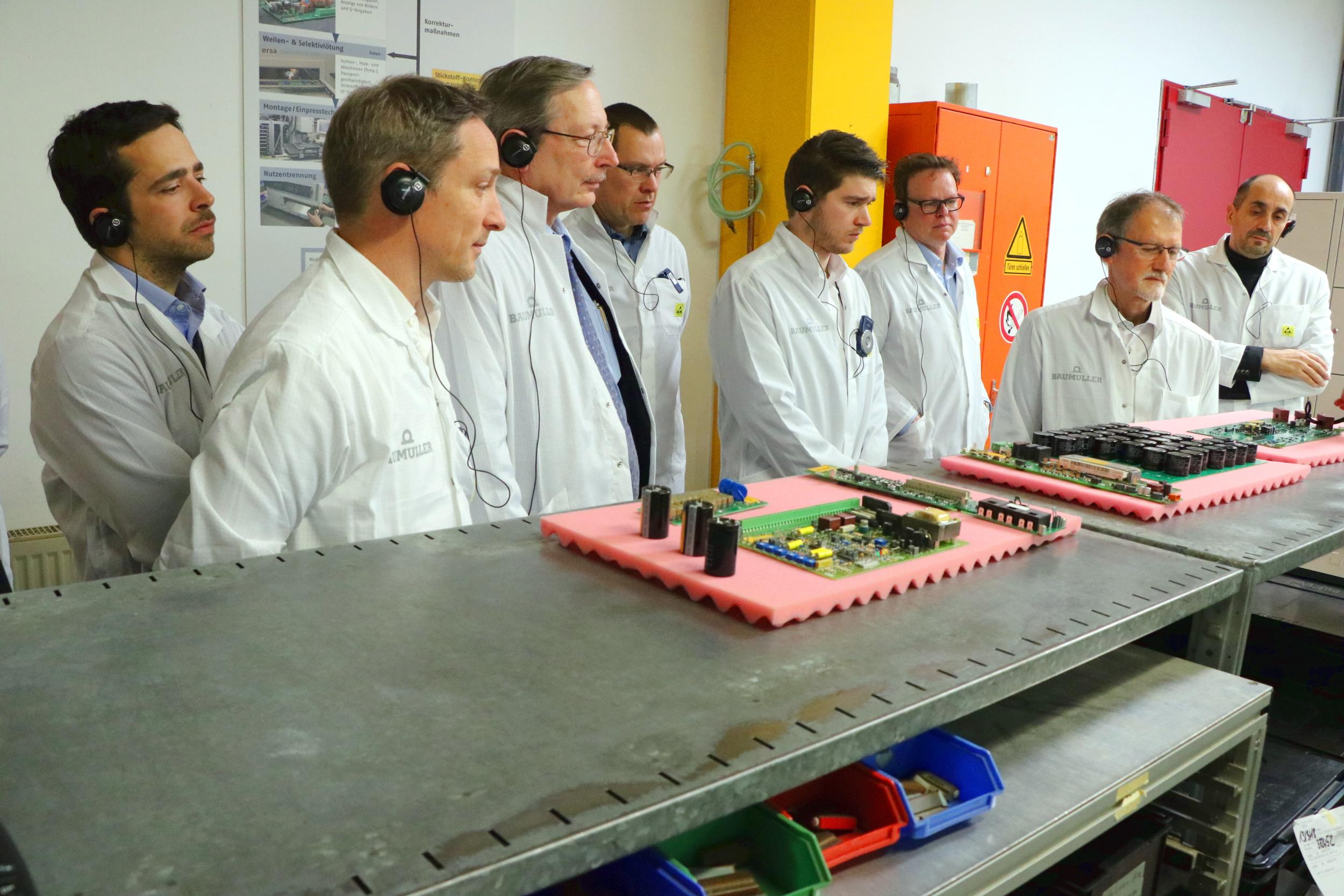 Einen interessanten Einblick gewannen die Teilnehmer bei der Führung durch die Elektronikfertigung, in der auch Leiterplatten bestückt werden.