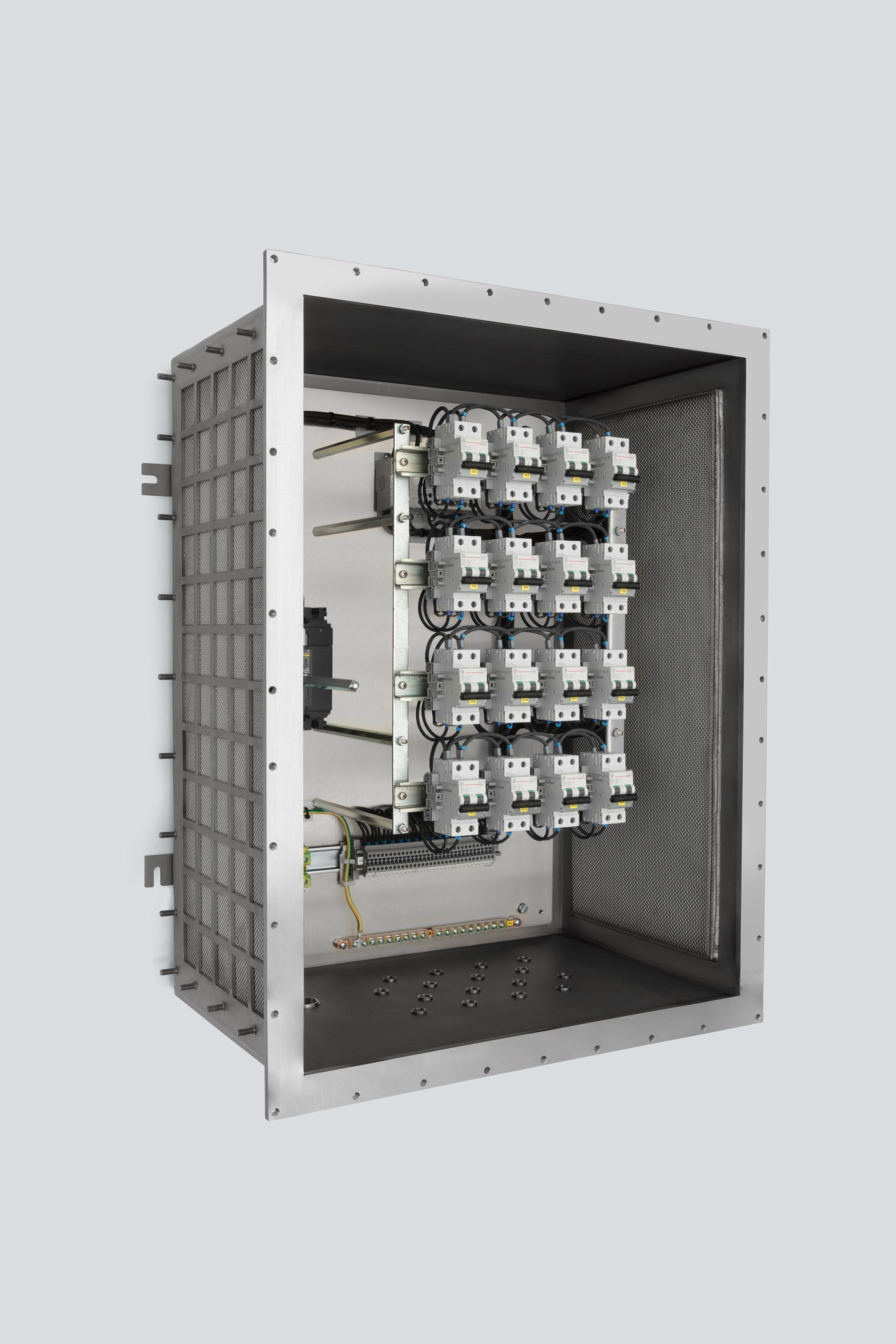 In Schaltschränken mit der innovativen EXpressure-Technologie von R. Stahl sorgen gasdurchlässige, mehrschichtige Metallgewebe in den Seitenwänden (rechts innen zu erkennen) für schnellen und sicheren Abbau auftretender Explosionsenergie.
