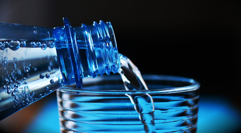 Flasche Wasser Glas