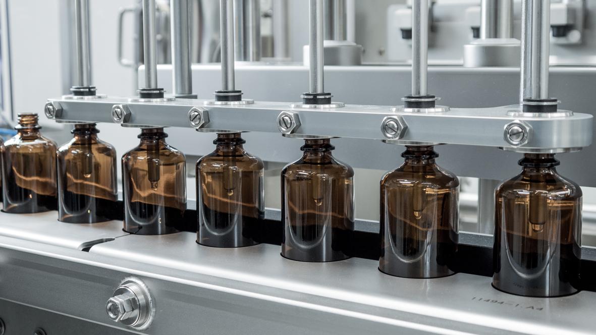 FlexCare 100 aus der groninger Business Line zur Verarbeitung von Consumer Healthcare Flaschen.