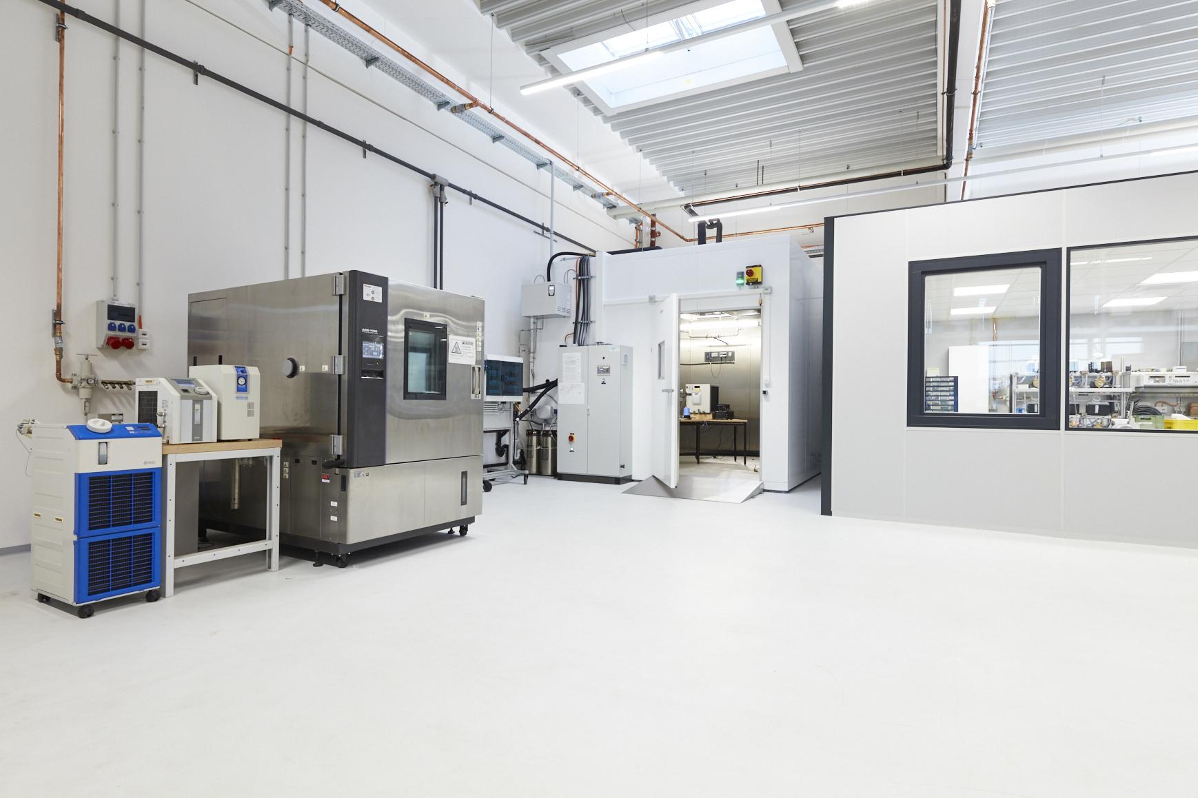 Cool bleiben: Im speziell ausgestatteten und klimakontrollierten Arbeitsbereich für Kühl- und Temperiergeräte wartet SMC Leihgeräte, realisiert Kundentests und begleitet Neu- und Weiterentwicklungen.