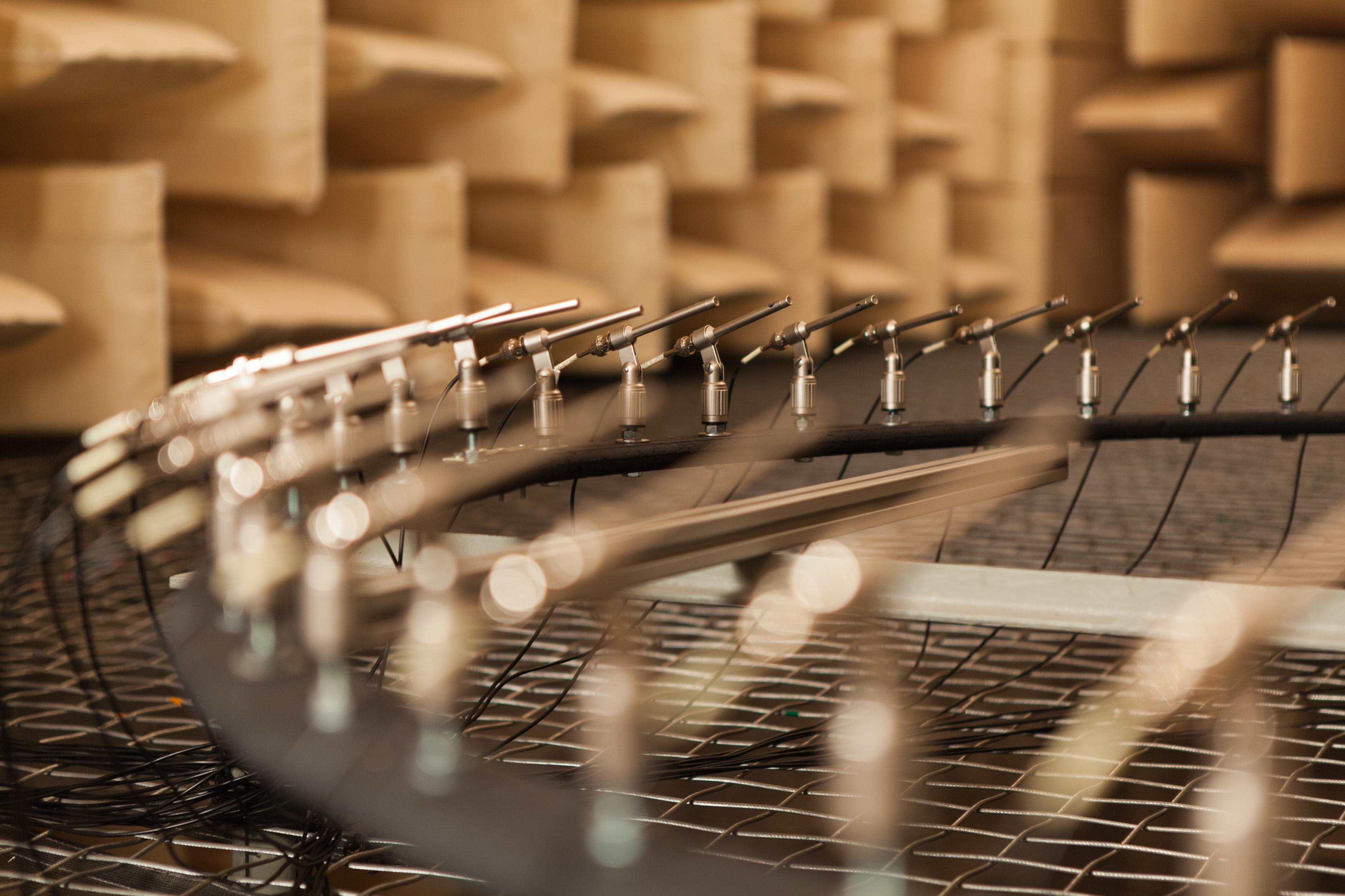 Mikrofon-Ring-Array – Dank intelligenter akustischer Messtechnik ist die gezielte Schallaufnahme auch in lauten Umgebungen möglich.