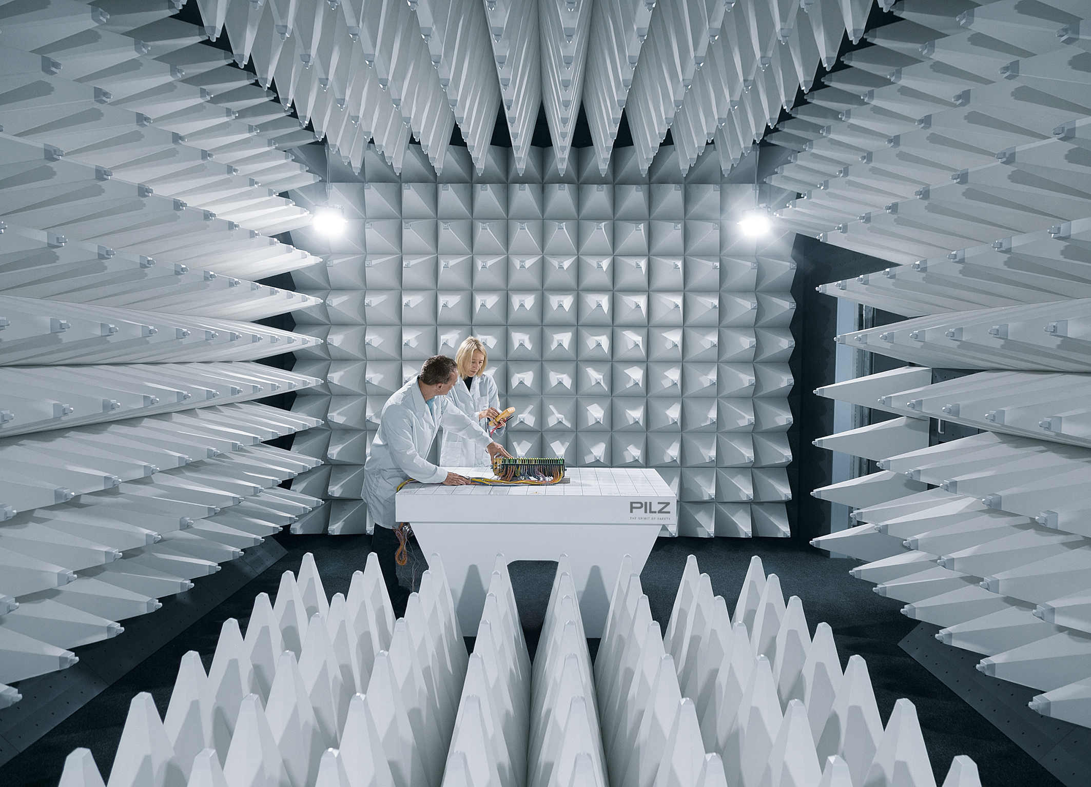 Am Stammsitz Ostfildern baut Pilz seine Forschungs- und Entwicklungsaktivitäten weiter aus. In den neuen Laborbereichen stehen zum Beispiel umfangreiche Test- und Prüfmöglichkeiten zu Verfügung, darunter ein akkreditiertes EMV-Labor für elektromagnetische Verträglichkeit.