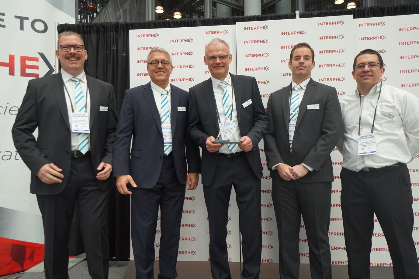 Geschäftsführer Jens Groninger (Mitte) nimmt mit Heiner Dornburg (2.v.l.) und Kollegen den Biotech Innovation Award der INTERPHEX entgegen.