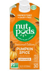 nutpods bringt den 'Seasonal Edition Pumpkin Spice Creamer' in Nordamerikas erster aseptischer Kartonpackung neu auf den Markt, bei der auch Polymere in Verbindung zu pflanzenbasierten nachwachsenden Rohstoffen stehen: im SIGNATURE PACK von SIG. Bild: SIG