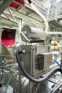 Stationärer Nassabscheider (unten) und Reststaubfilter (oben) für die Absaugung von Zuckerstäuben in der Fruchtjoghurtproduktion. Bild: Ruwac